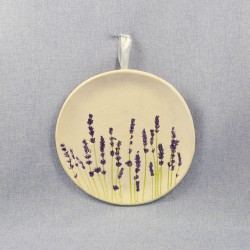 Lawendowy Ląd A hanging plate with a lavender pattern