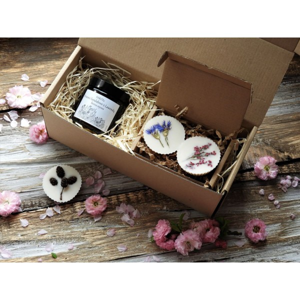 KARiTEe Gift set - a candle and two perfumes for the wardrobe